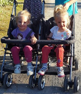 jumelles-identiques-poussette-double