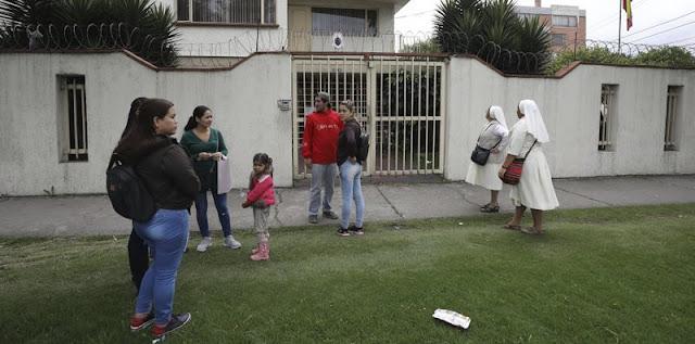 Bogotá, Colombia.- Cuando Lorena Delgado acudió recientemente al consulado de Venezuela en la capital de Colombia con la esperanza de renovar su caducado pasaporte, se encontró con que las puertas de metal del edificio estaban cerradas.