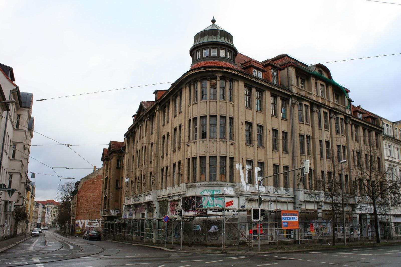 """Das """"Kaufhaus Held"""" in der Merseburger Straße Nummer 84 im Stadtteil Lindenau wurde von 1912 bis 1913 durch die jüdischen Brüder Albert und Moritz Held erbaut -  1938 mussten diese es aufgrund der Arisierung verkaufen und emigrierten nach England"""