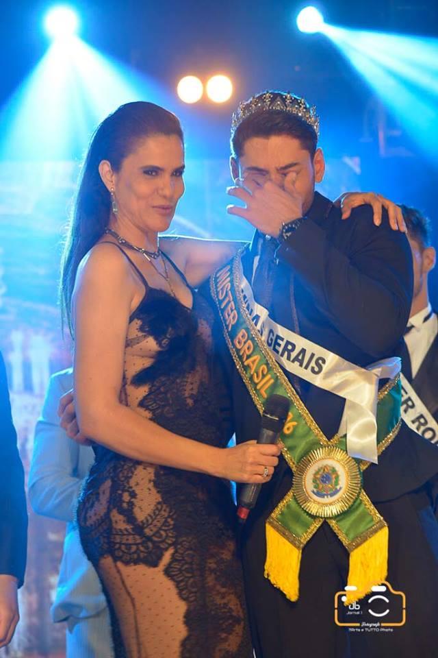 Willian Herculano chora ao lado da apresentadora Gilmelândia ser anunciado Mister Brasil 2016. Foto: Renato Abate