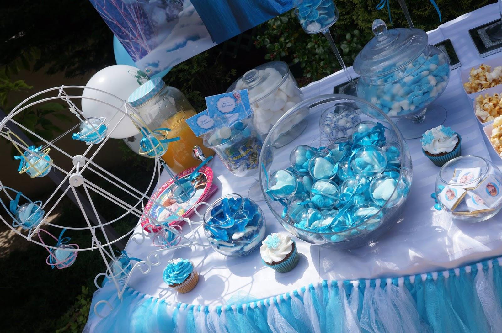 table remplie de gourmandises aux couleurs bleues et blanches de la reine des neiges