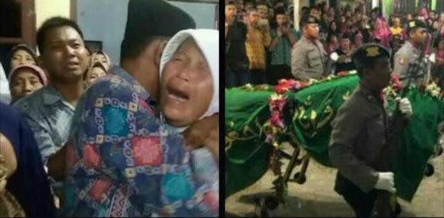Tangisan Ibu dan Pelukan Ayah Iringi Pemakaman Chandra Korban Lion Air