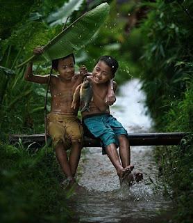 Niños bajo la lluvia