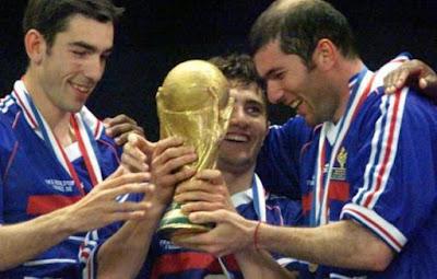 Zidane dan kawan-kawan merayakan kemenangan Piala Dunia 1998