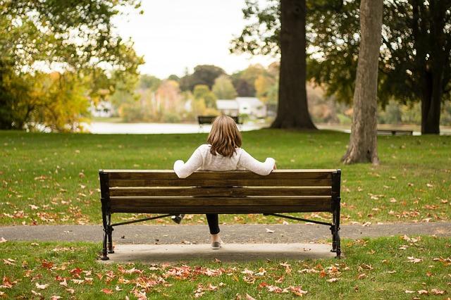 ảnh cô gái ngồi 1 mình giữa công viên mùa thu