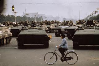 天安門對峙: 八九圖片:1989年6月4日清晨。清場完畢的北京街頭