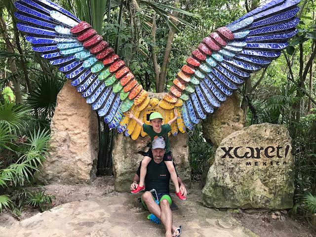 Padre e hijo con alas de colores en Xcaret
