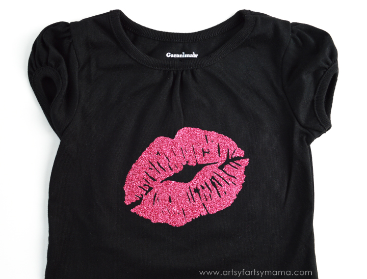 DIY Kiss Mark Baby Tee from artsyfartsymama.com