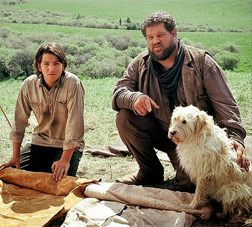 Diego Luna y Abraham Benrubi en Open Range