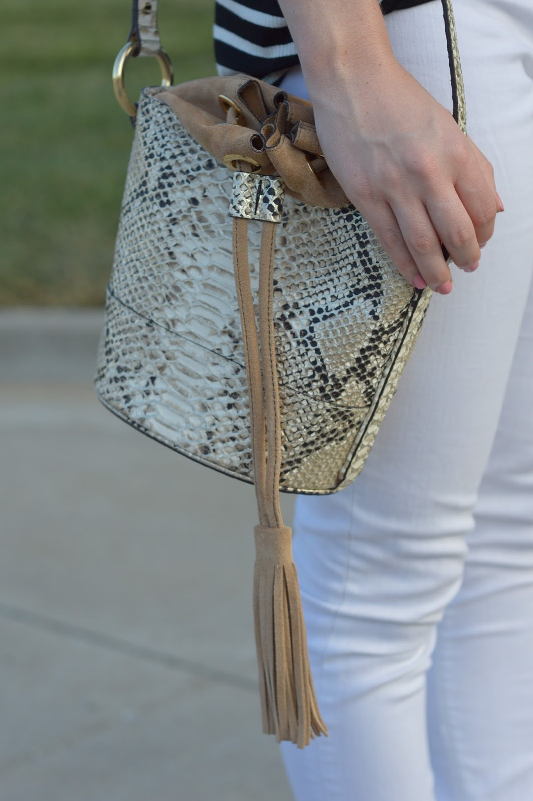 snakeskin bucket bag from banana republic | pattern mixing | cute bucket bags | purse review from banana republic |