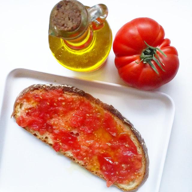 tostada con tomate