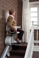Krzesełko schodowe na górnym przystanku ma obracane siedzisko