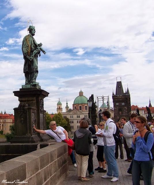 Praga, Ponte Carlo, statua di San Giovanni Nepomuceno