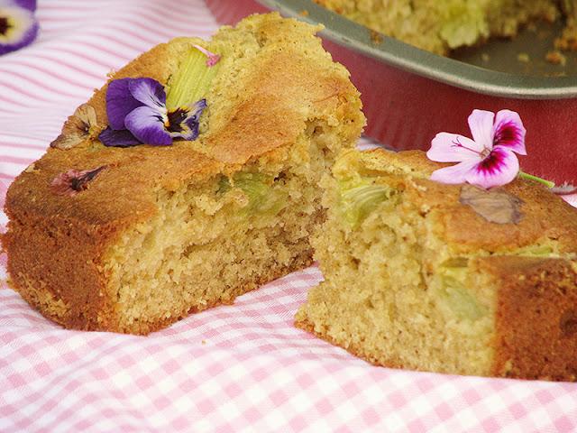 Gâteau moelleux à la thubarbe et aux fleurs.
