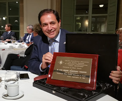 Luis R. Terente con su premio Vidal Menéndez de matasellos