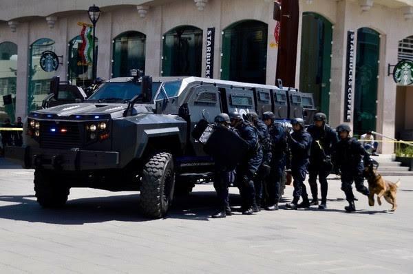 """Tras 8 horas de enfrentamiento entre sicarios en Chihuahua sin parar avitantes quieren que lleven a """"Black Mamba"""", el poderoso blindado"""