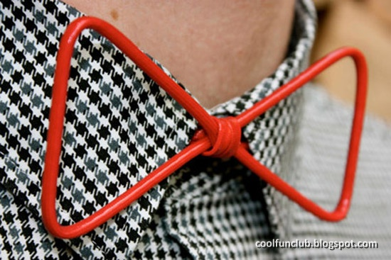 a4733d85d7f1 This awesome bow tie is made from lightweight wire. It's covered in a  resistant red mantle and fastens with a red round elastic band.