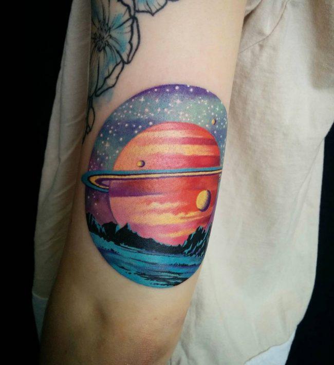 tatuaje de Saturno y sus lunas es detallado y fiel a la realidad
