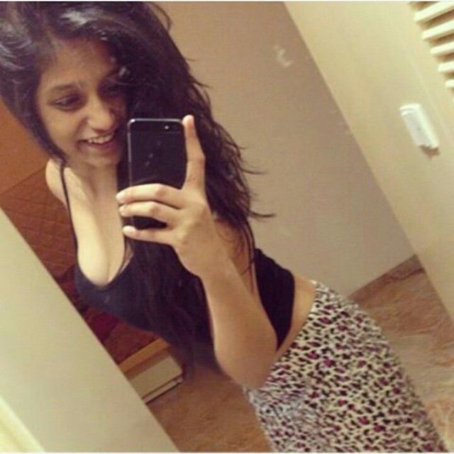 indian-instagram-girl-selfie-in-bathroom
