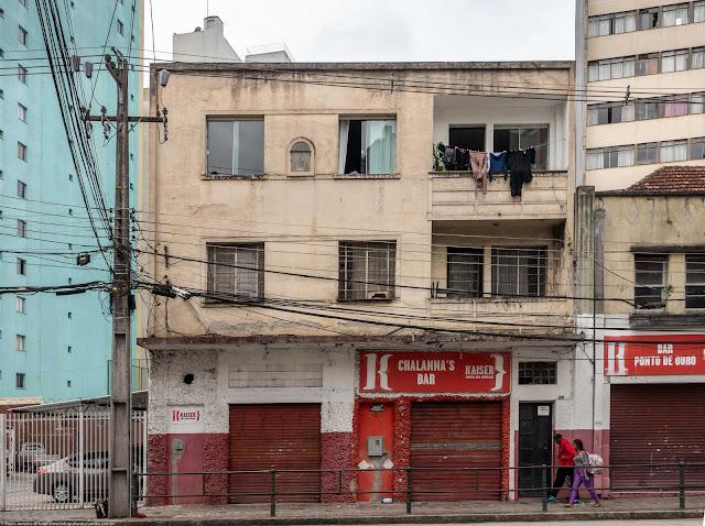 Um pequeno edifício com capelinha