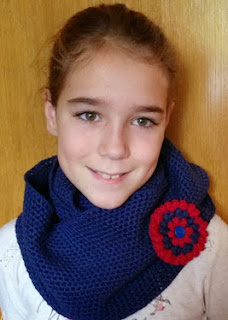 http://www.artedetei.com/2013/12/bufanda-cuello-crochet-para-nina-con.html