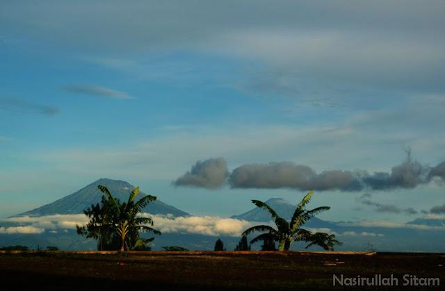 Gunung Sindoro dan Gunung Sumbing terlihat gagah dikejauhan
