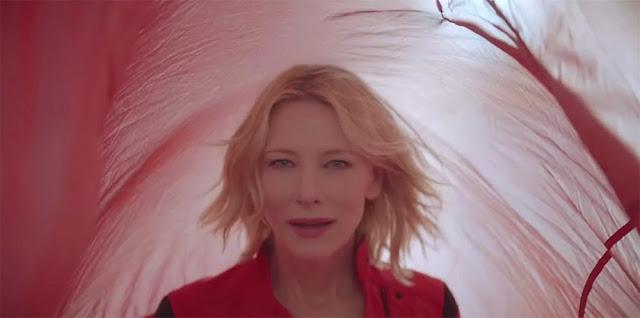 Cate Blanchett en el interior de un paracaídas rojo