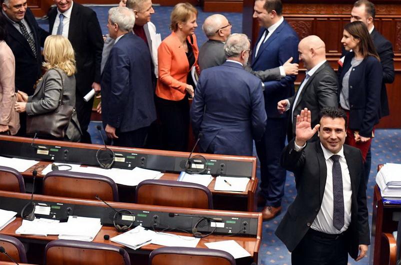 Σκόπια: Η Βουλή της ΠΓΔΜ επικύρωσε τη Συμφωνία των Πρεσπών - Το «μπαλάκι» στην Ελλάδα