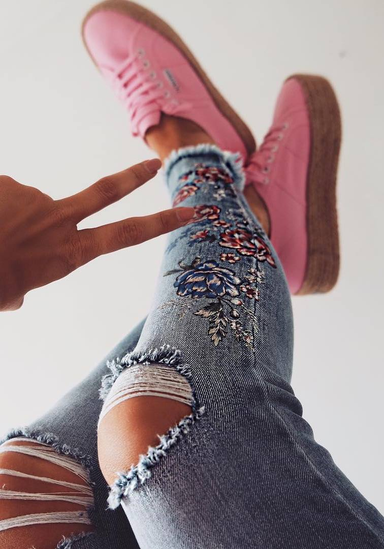 trendy outfit   embroidered ripped jeans + sneakers