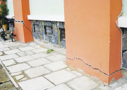 chung cư xuống cấp nghiêm trọng khi bị nứt nẻ chân tường