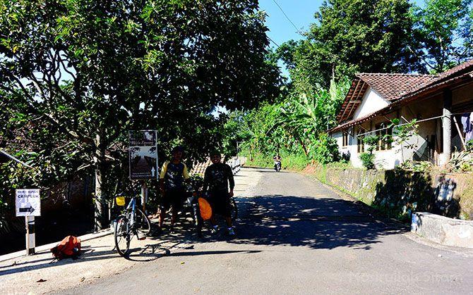 Plang petunjuk arah ke Watu Lawang yang berada di perempatan