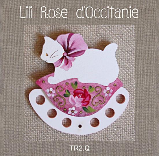 Tri-fils bois peint,chat blanc sur coussin rose à fleurs. Broderie et point de croix