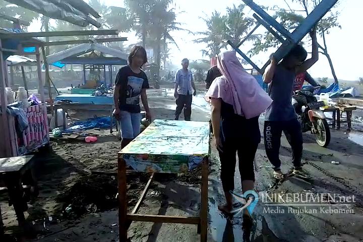 Diterjang Ombak Besar, 90 Warung di Pantai Suwuk Rusak