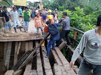 Jembatan Pekawai di Sekadau Patah, Alat Berat Exavator Terguling Ke Sungai