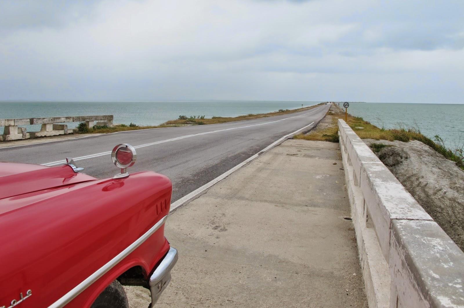 Pedraplén, estrada que liga o Cayo Santa Maria à Remedios, em Cuba.