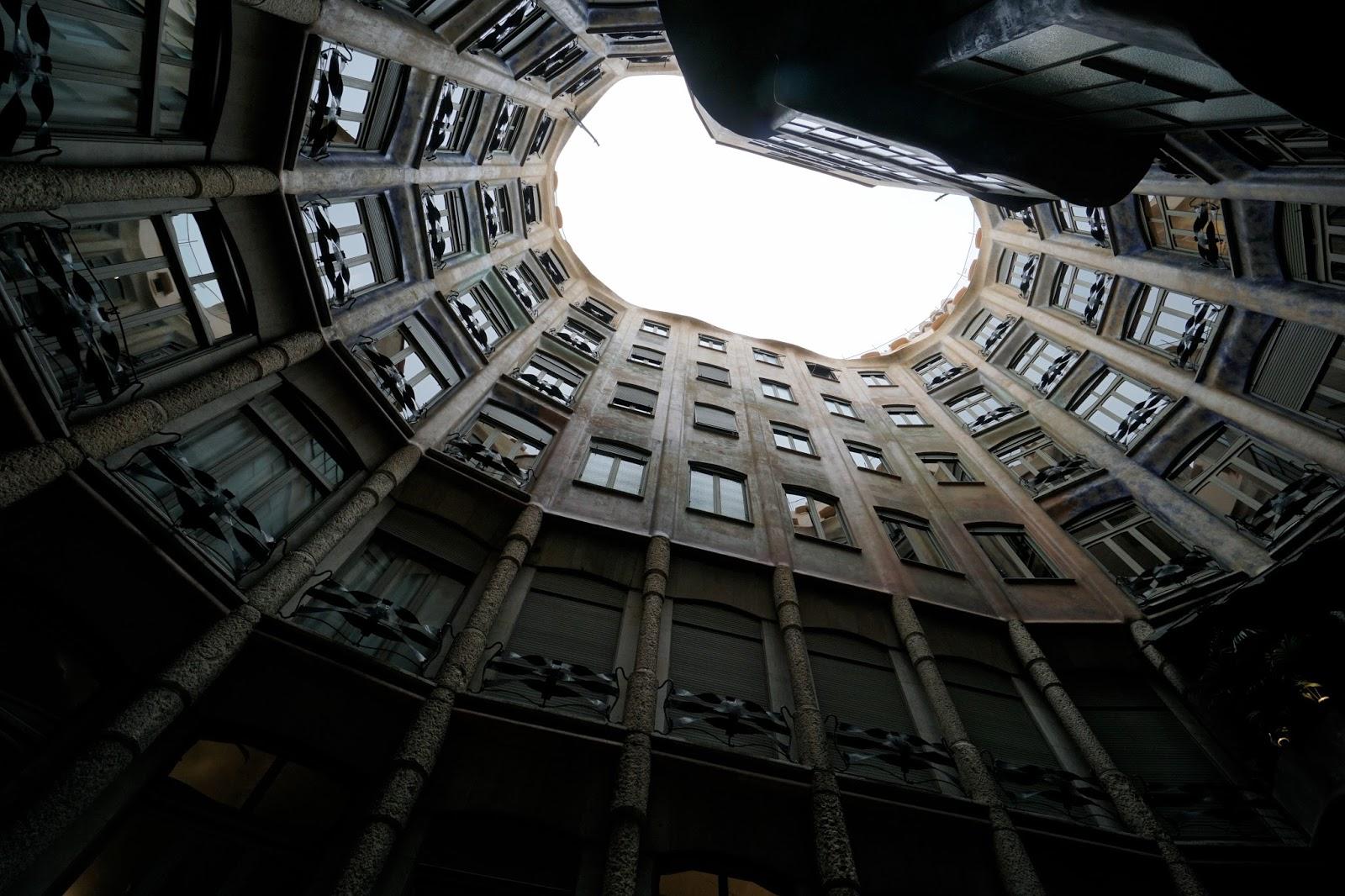 カサ・ミラ(Casa Milà) 1階中庭から屋上を見上げる