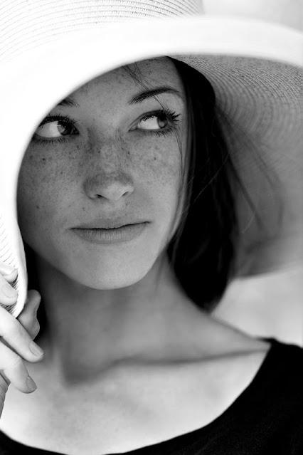 Retrato em preto em branco de uma mulher usando chapeu, fotografia do fotografo Justin Swindle