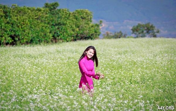 cô gái áo dài tím giữa vườn hoa Đà Lạt