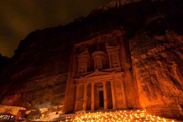 Tesoro de Petra con gente iluminado en el Petra by Night