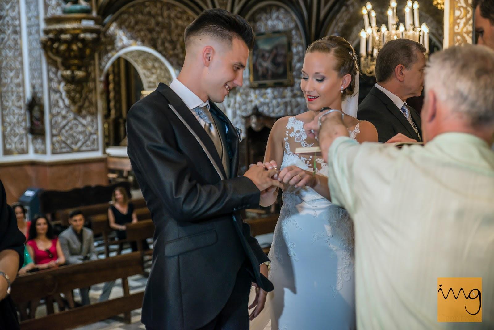 Fotografía de la novia poniendo la alianza a su marido en la Iglesia