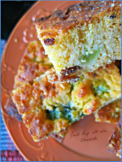 Bacon and Cheese Cornbread Recipe, Savory Cornbread with our favorite flavors of cheese, bacon and a bit of spice for that extra kick #cornbread #cornbredrecipe #holiday
