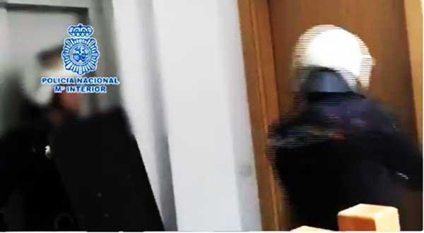 Fotograma del vídeo de la operación policial en Tenerife en el que se desarticula  grupo criminal dedicado a la explotación sexual de mujeres