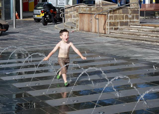 NINO-jugando-con-agua
