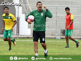 Ronald Arana dirigiendo la práctica de Oriente Petrolero en el Estadio de Luján - DaleOoo