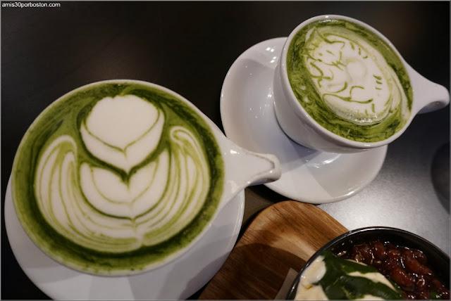 Ogawa Coffe: Matcha Latte con Diseño de Gato y Flor