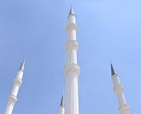 Gökyüzüne doğru yükselen dört beyaz minare