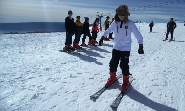 Criança esquiando no Vulcão Villarrica em Pucón