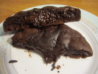 Cookies Levain Bakery au chocolat noir et aux pépites de chocolat ouvert en deux sur une assiette, coeur coulant