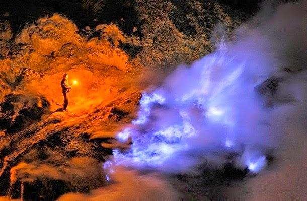 A tűzhányó, amely kék színű lávát lövell