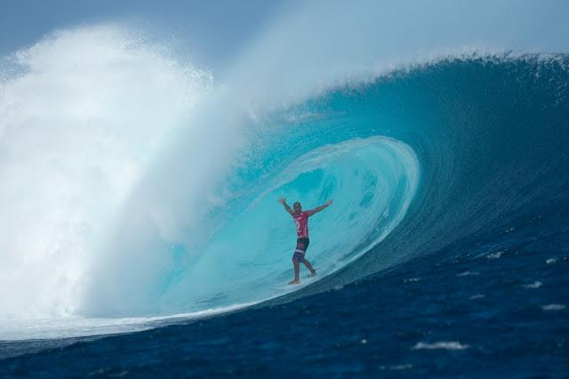 Kelly Slater abriendo los brazos en el tubo de Cloudbreak - Photo: Bielmann ASP